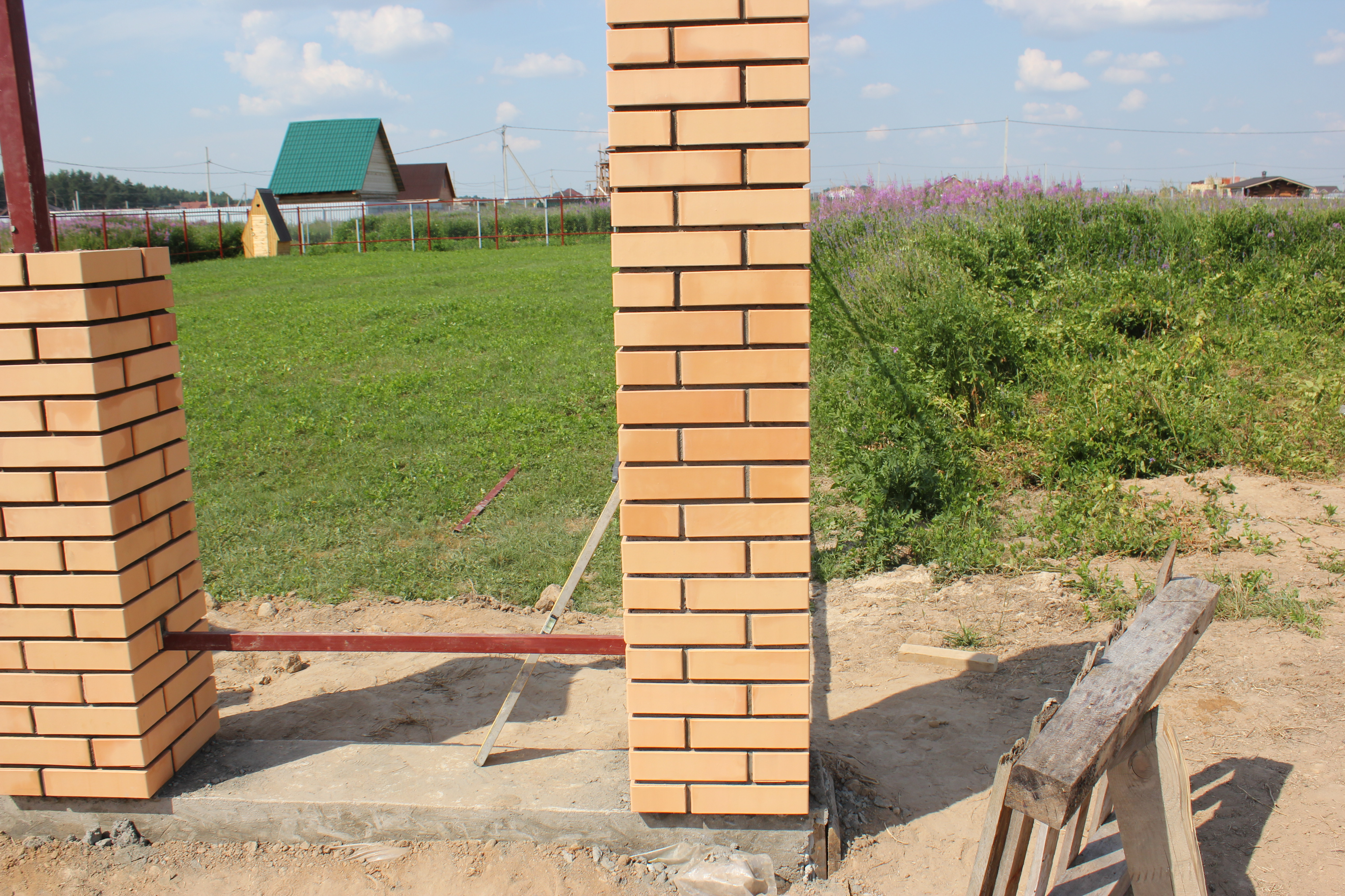 Как сделать забор из профиля с кирпичными столбами
